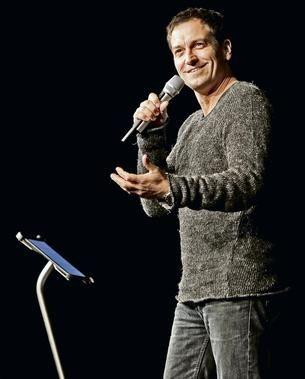 """LÄSSIG: Dieter Nuhr erklärt als Lehrer der Nation die Welt in Wollpulli und Jeans und rät dem Publikum """"Lächeln Sie!"""" mit Sir James iPad Bodenständer"""