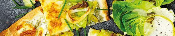 Knuspriger Porree Flammkuchen mit Kerbel-Schmand Boden und Mozzarella,  serviert mit Salatherzen-Birnensalat thumb