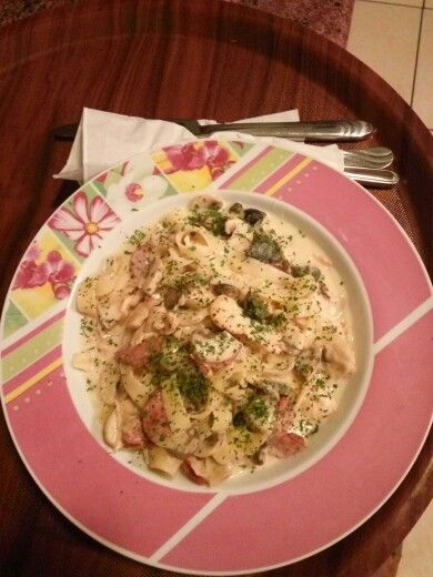 Fettucini with cream sauce chiken and mushroom
