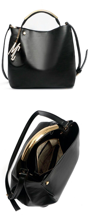 e5da89857bd8d Bolsa Media Feminina Preta Gaby Macadamia Alça de Mão e de ombro e  fechamento em zíper Super elegante e cheia de estilo,é perfeita p…