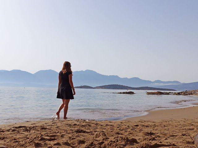 Ancora prima di atterrare avevo quella sensazione: sapevo che a Creta avrei scovato angolini romantici, da foto perfetta su Instagram; che avrei trovato tramonti sulla spiaggia, di quelli con la luce caldissima. Che avrei amato le sedioline e le finestre blu, le bouganville che decorano i muri e poi lui, il mare greco, azzurro azzurrissimo. …Leggi tutto...