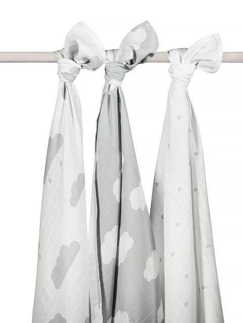 Hydrofiele doeken 115x115 cm Wolk grijs (3pack) Hydrofiele doeken met Wolken. Onmisbaar in iedere babyuitzet. Set van 3 stuks. 100% katoen. Deze hydrofiele doeken clouds grey zijn leuk om te gebruiken in de meisjes of jongens babykamer. De wolken hydrofiele multidoeken zijn zowel voor jongens als meisjes leuk door de vrolijke vorm van de wolken. In dit pak met 3 hydrofiele doeken in grijs, vind je 2 witte doeken met grijze wolken en 1 grijze doek met witte wolken. Te wassen op 60 graden…
