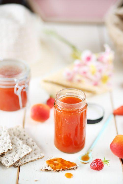 L'été, c'est la saison des confitures. :) Et ça me plait beaucoup. Pas besoin d'acheter des kilos de fruits, de faire 15 pots de confiture, on peut tout au