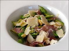 Salade croquante de printemps : asperges, fèves et parmesan