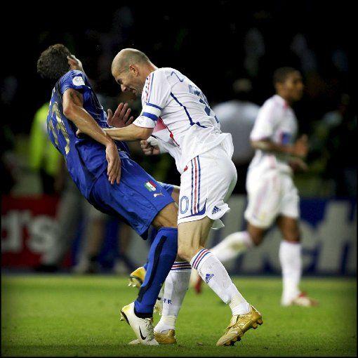 Platz 3: Frankreichs Nationalspieler Zinedine Zidane (hier im WM-Finale 2006 gegen Italiens Materazzi) kam 2001 für 76 Millionen Euro von Juventus Turin zu Real Madrid. Foto: dpa