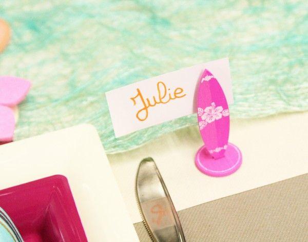 Pour indiquer la plage de chacun de vos invités, voici des marques-places en forme de planches de surf. Leur petite pince vous permettra d'y accrocher un petit carton (après y avoir inscrit le prénom, bien-sûr !)