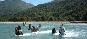 De grote doortocht tijdens een paardrijvakantie in Chili. Een trektocht te paard die begint in Argentinië en via de Andes eindigt bij het Lake District in Chili. Tijdens dit avontuur in de Andes steek je rivieren over waarbij je als ruiter een boot neemt en de paarden zwemmen. Je rijdt ook over hoge bergpassen met panoramische vergezichten.