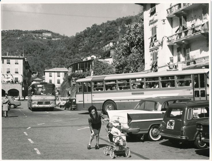Il 23 marzo 1968, 130 agenti di viaggio tedeschi si recarono in visita a Portofino. L'Azienda Autonoma offrì loro una busta con depliant e cartoline. In questa fotografia, gli autobus SATI FIAT 306 MENARINI