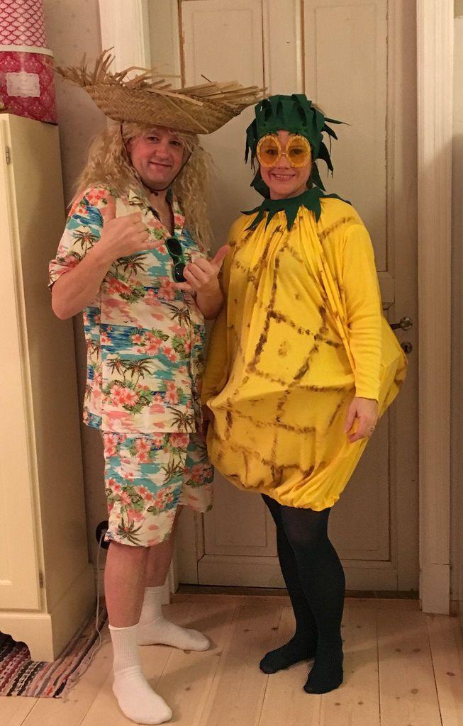 Varje år är vi bjudna på halloweenparty till våra vänner. Med inbjudan kommer också temat för kvällen som i år var Hawaii. Maken klädde sig ...
