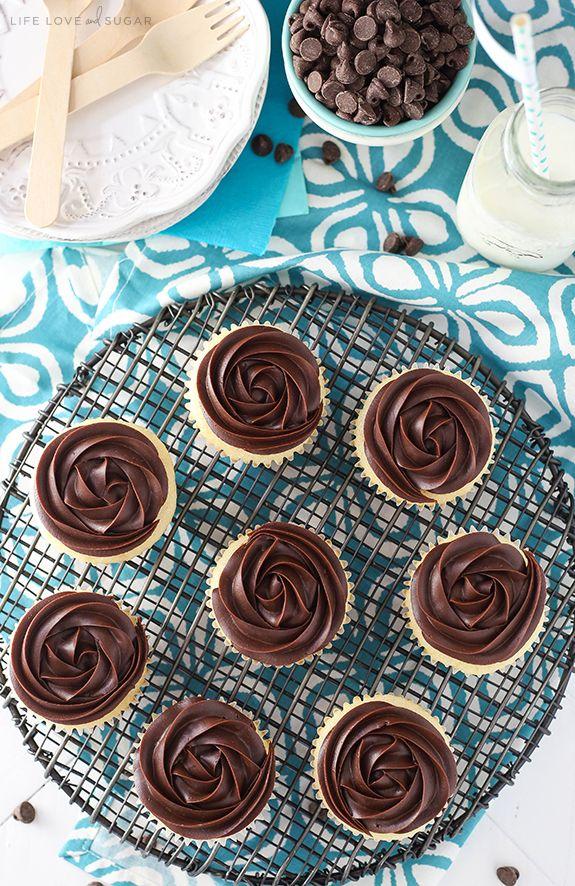 Boston Cream Pie Cupcakes -, um cupcake de baunilha macia úmida com recheio de creme de pastelaria e uma roseta ganache de chocolate no topo!  Bonito e delicioso!