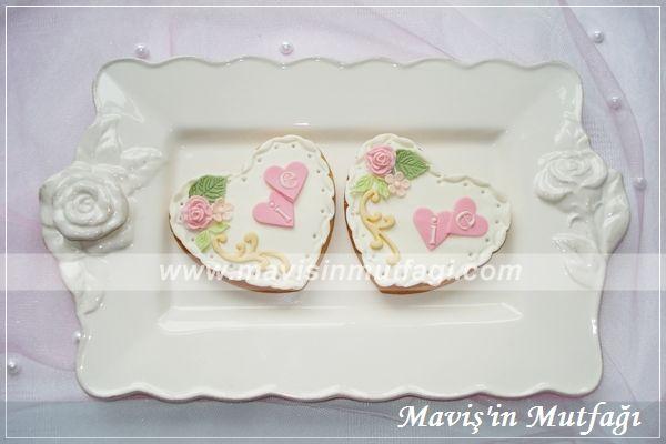 Kurabiyelerde pastayla uyumlu olacak şekilde  çiçekler kullanılmıştır.