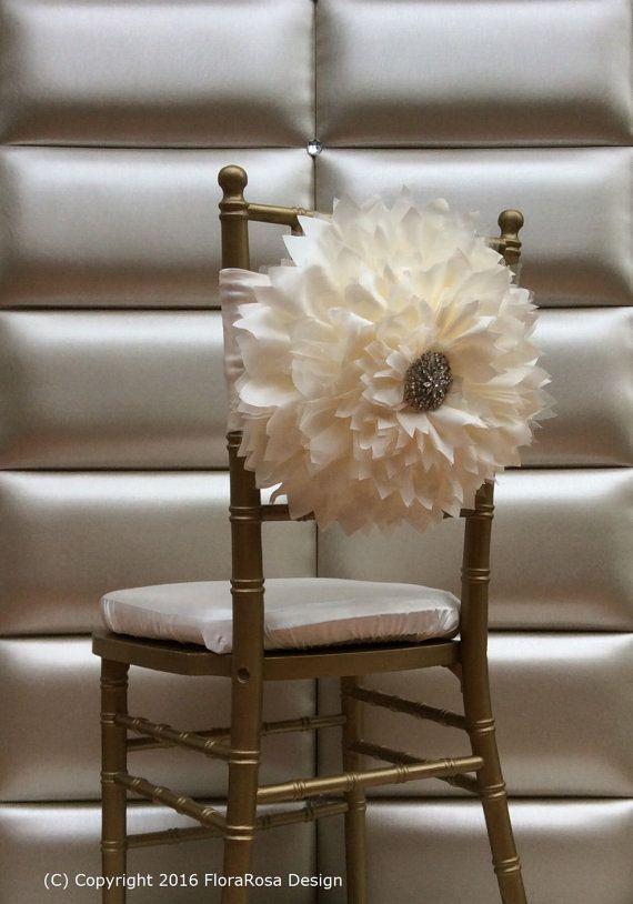 Jai créé la fleur en utilisant beaucoup de couches de taffet, tulle, rendant le look fleur entièrement et magnifique, décoré avec une grande