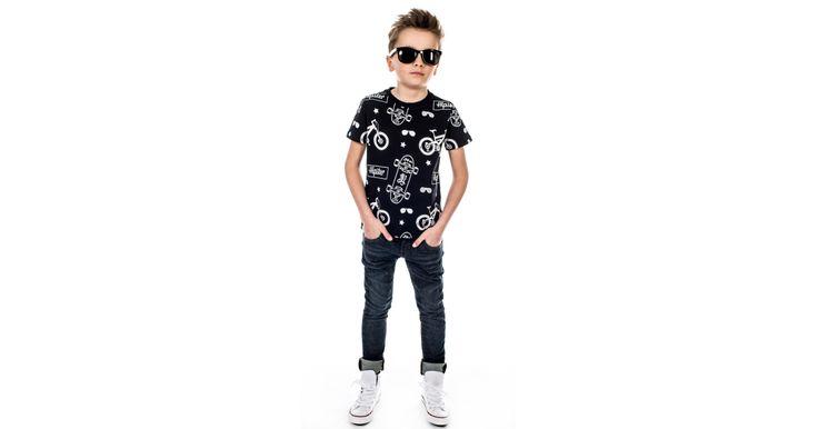 Printet t-shirt til dreng med fedt skaterunivers i KOOLS' altid bløde og elastiske kvalitetstisk.Produceret med Oeko-Tex certificering.