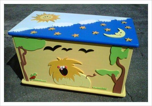 Baule Savana. Baule in legno dipinto e decorato a mano. Può essere utilizzato come porta giocattoli, riviste, libri, zainetti, scarpe, accessori per il bebè e molto altro. Misura 45cm di altezza, 73 cm di larghezza e 39 cm di profondità.