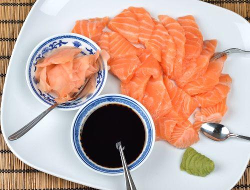 Rå lax Sashimi på japanskt vis med skivad rå lax, inlagd ingefära, wasabi och ljus soja. Gott till förrätt eller buffé (istället för rökt eller gravad lax på julbord, påskbord eller till midsommar)