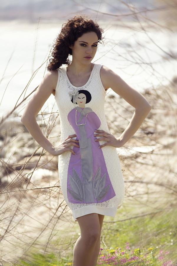 """Φόρεμα από δαντέλα με χειροποίητο απλικέ σχέδιο """"geisha"""" διακοσμημένο με στρας."""