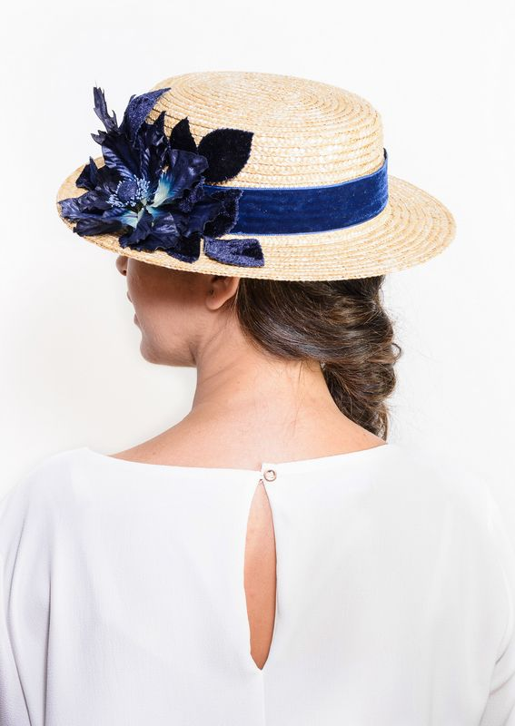 Buchanan - Navy blue floral straw boater hat, Dark blue canotier hat with flowers, floral summer hat, women straw hat, wedding guest hat by Palomilla on Etsy // Buchanan - Canotier de paja con detalle de flor azul marina, hojas y cinta de terciopelo azul marino por Palomilla Tocados en Etsy