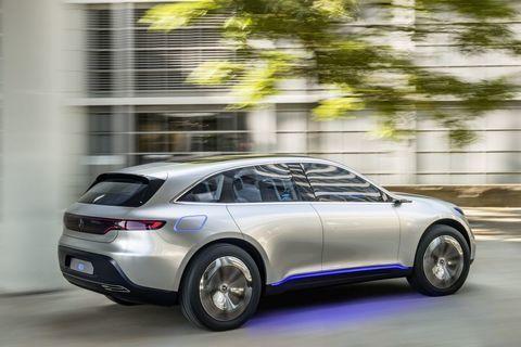 Mercedes-Benz heeft in Parijs de elektrische cross-over onthuld die gisteren al werd aangekondigd. De auto heet 'Generation EQ', een naam die veel weggeeft over die van toekomstige modellen.