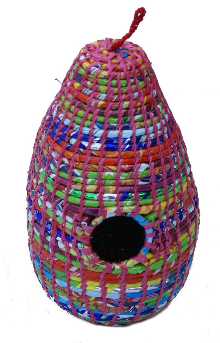 Vogelhuisje gemaakt van gerecyclede chips-zakken in Nepal www.kleurrijknepal.nl