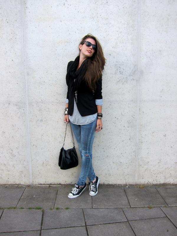 fashion - streetstyle - black blazer, skinny jeans and converse