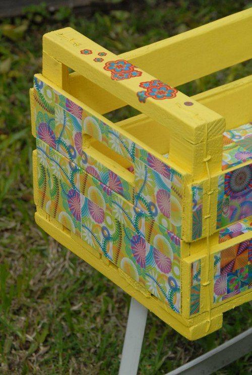 """Cajón de frutas reciclado.  Primero lo lavé muy bien, después lo lije y quité los clavos que estaban oxidados o """"peligrosos"""".  Luego lo pinté con latex amarillo y apliqué decoupage para decorarlo.  Por último, lo barnicé para mayor protección.  Espero que les guste!     http://loli-crafts.tumblr.com/post/30386369643/cajon-multisuso"""