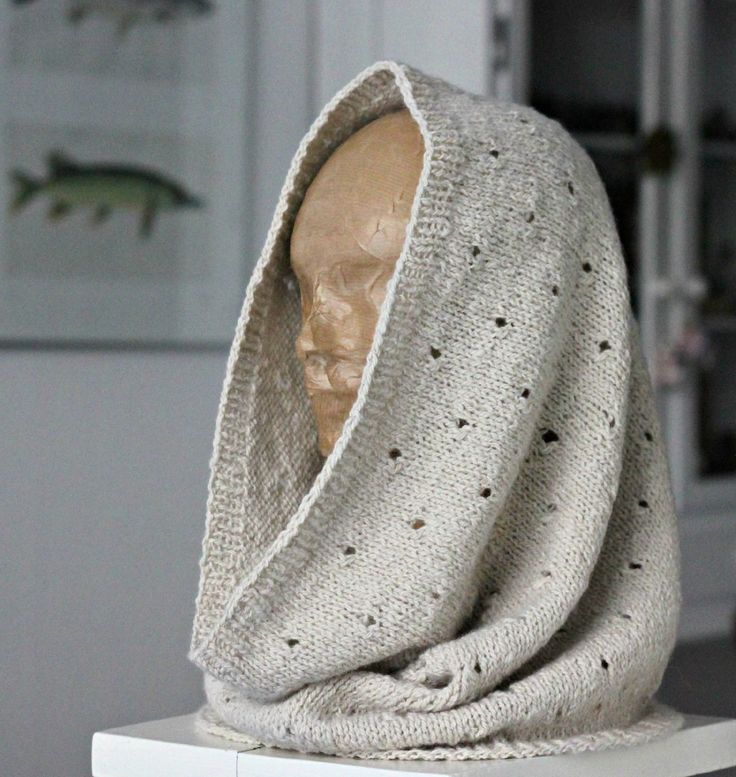 Halsrør, halsedise, halsvarmer – kært rør har mange navne, men vi kan nok hurtigt blive enige om, at det er en lun og praktisk opfindelse både inden- og udendørs. Halsrøret er strikket af blødt håndspundet babyalpaka, som produceres af alpakaavlere i Andesbjergene. Alpakaavlerne står 100 % for garnproduktionen, så de og deres dårligt stillede familier kan beholde størstedelen af fortjenesten,…