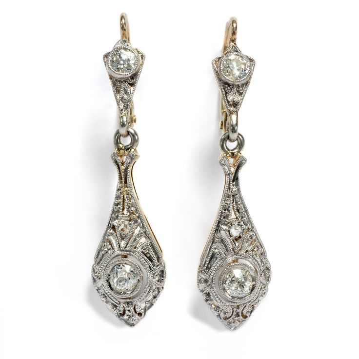 Die Sinfonie der Großstadt - Wunderbare Art Déco-Ohrringe mit Diamanten in Platin & Gold, um 1925 von Hofer Antikschmuck aus Berlin // #hoferantikschmuck #antik #schmuck #antique #jewellery #jewelry
