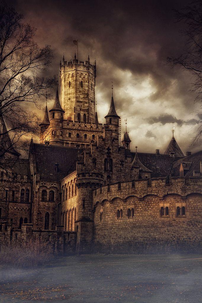 El castillo  de Marienburg fue construido, entre 1858 y 1867, por Jorge V, el último rey de Hannover, como regalo a su esposa y está impregnada su arquitectura con la huella de la época de los Güelfos, que fueron duques de Baviera y verdaderos antepasados de la dinastía. Este impresionante edifico, de 600 habitaciones, en el que destacan la biblioteca y el gran corredor abovedado, con armaduras de todas las épocas