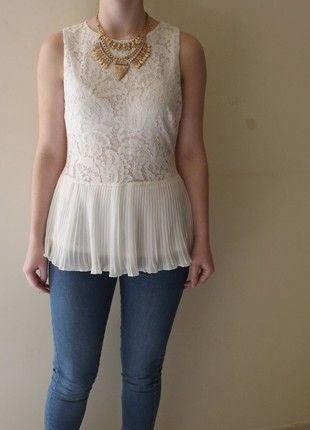 À vendre : http://www.vinted.fr/mode-femmes/debardeurs/16466978-top-peplum-blanc-voile-dentelle-miss-coquine