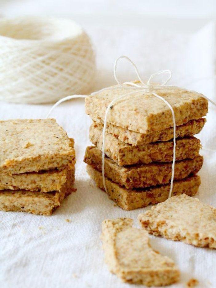 有塩バターとチーズの塩気が効いたクッキーは、ワインやシャンパンのおつまみにぴったり。クッキーの上に生ハムやサーモン、いくら、ルッコラなどのせてオードブルにしても。|『ELLE a table』はおしゃれで簡単なレシピが満載!