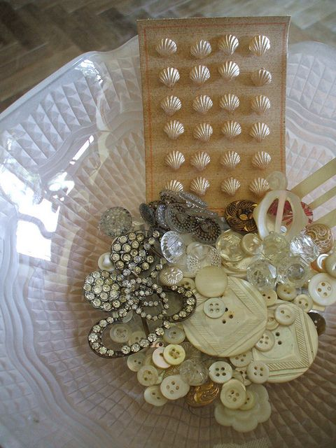 Beautiful buttons ~ shell and mother of pearl, thinking of all the fun things I could do with these...pins, hair clip pies, necklaces, embellishments...