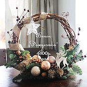 Купить или заказать Рождественский венок 'Умка' в интернет-магазине на Ярмарке Мастеров. Рождественский венок из натуральной лозы и веток Нобилиса, с маленьким белым мишкой и санками, украшенный звездочками, снежинками, шишками и шариками. Венок украсит детскую комнату, входную дверь или интерьер и освежит светлыми тонами.