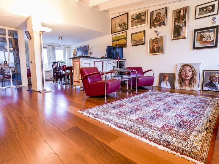 Afzelia planken in een kunstzinnig interieur. De warme tinten van de vloer en de rest van het interieur smelten samen tot een prachtig geheel!