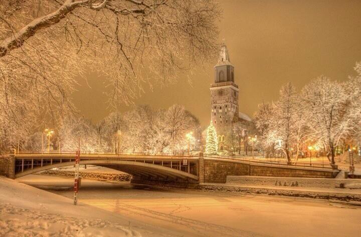 今日はクリスマスイブ!フィンランドでは家族と一緒に穏やかな時間を過ごす、神聖で大切な3日間です(26日はボクシングデーといって、さらにお休みなんですよ)。現地時間の12時からはクリスマスの平和宣言が古都トゥルクで行われます。