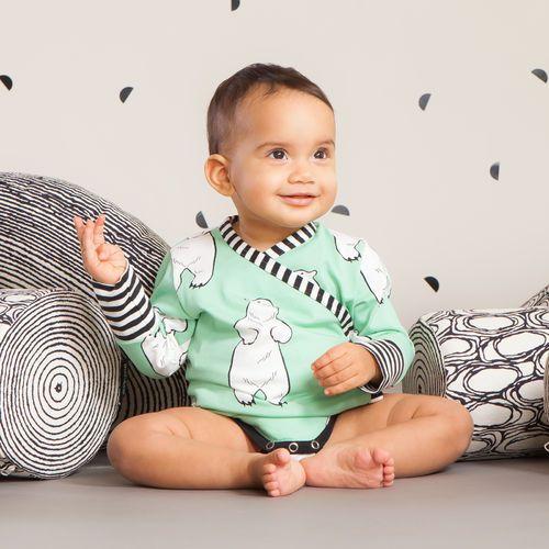 TALVINALLE vauvan kietaisubody, vihreä| NOSH Lasten talvimallistossa seikkailevat lempeän pehmeät jääkarhut, graafiset raidat ja ilmeikkäät leikkaukset. Tutustu mallistoon ja tilaa verkosta, NOSH vaatekutsuilta tai edustajalta www.nosh.fi / (This collection is available only in Finland )
