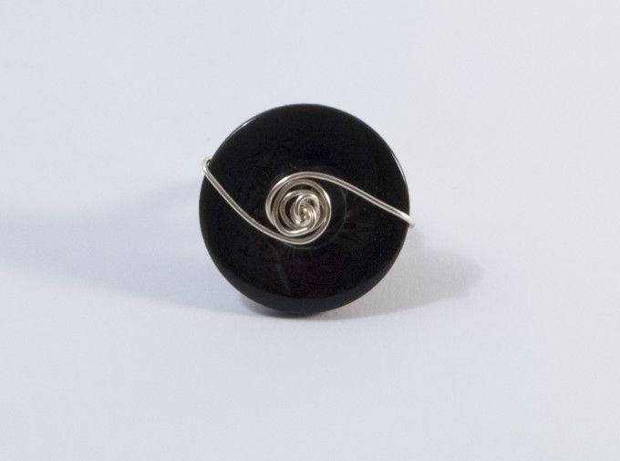 Anello realizzato a mano con filo di rame silver plated e bottone nero con riflessi argentati.