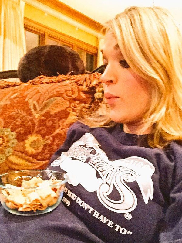 See Carrie Underwood Use Her Baby Bump As a Snack Tray http://celebritybabies.people.com/2015/01/23/carrie-underwood-pregnant-bump-snack-tray/?xid=email-peopledaily-20150123PM-20895170