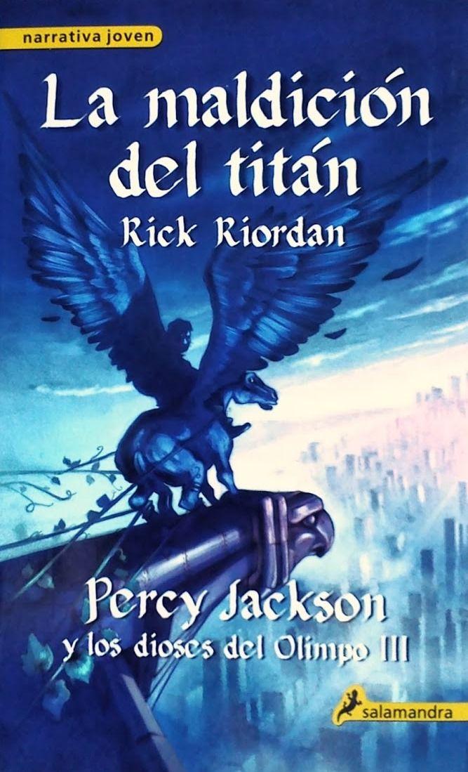 """""""La maldición del titán"""" (N 820(73) RIO per / m), del escritor americano Rick Riordan, es el tercer título de la serie """"Percy Jackson y los dioses del Olimpo"""". En esta aventura, ante la llamada de socorro del sátiro Grover, Percy acude inmediatamente en su auxilio junto a las semidiosas Annabeth y Thalia. Aunque ninguno imagina la sorpresa que los aguarda: una terrible mantícora pretende secuestrarlos y llevarlos ante el general enviado por Cronos, el diabólico señor de los titanes.:"""