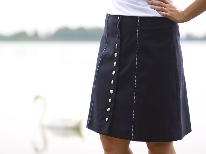 Navy blue, trapezoid skirt in marine style with metal, sailor buttons / Rozpinana spódnica w marynarskim stylu
