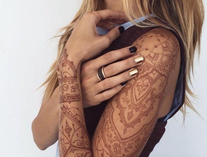 tatouage au henné, dessin sur bras et épaule pour femme, tatouage non permanent au henné rouge