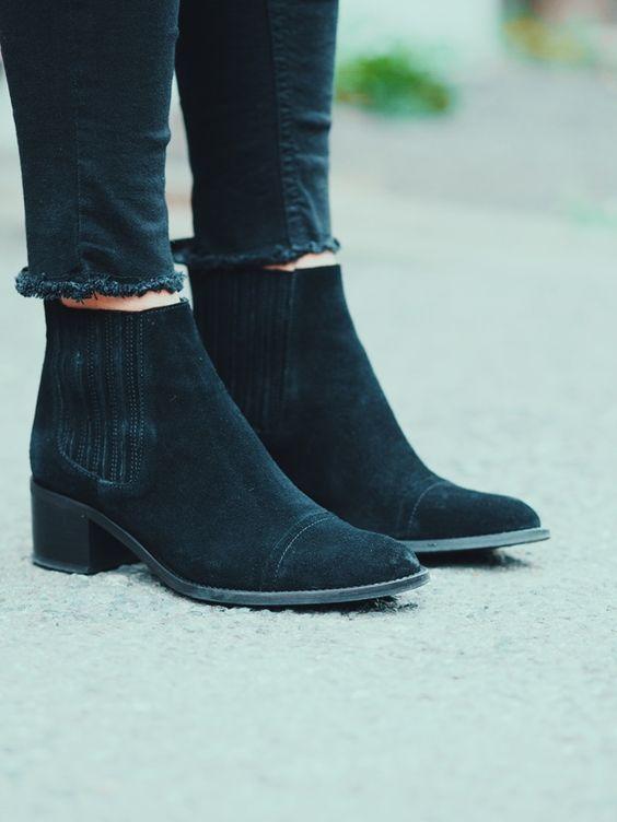 Este otoño, como hemos visto aquí, entre el calzado que se lleva, se encuentran los botines a la altura del tobillo. Con falda o vestido, no hay problema, encajan a la perfección con medias o incluso con calcetín. Se nos puede plantear la cuestión de cómo poner los bajos de los vaqueros para que combinen ...