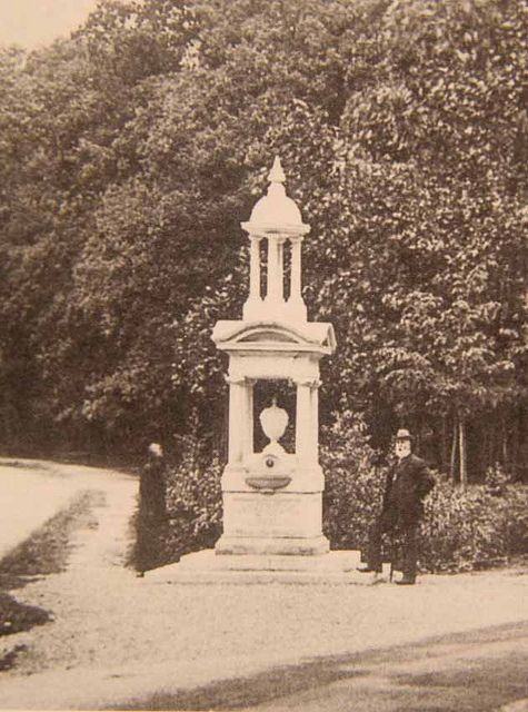 The memorial to the Titanic Crew was subscribed for by the people of Southampton and unveiled on the 27th July 1915. it is shown here in its original position on the Common. It now stands in Holy Rood Church.