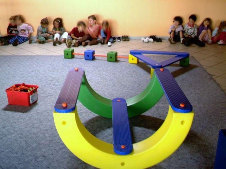 Vendredi , avec le maître, les enfants ont réalisé le parcours de gym :  équilibre sur planches ;  équilibre sur le banc : on...