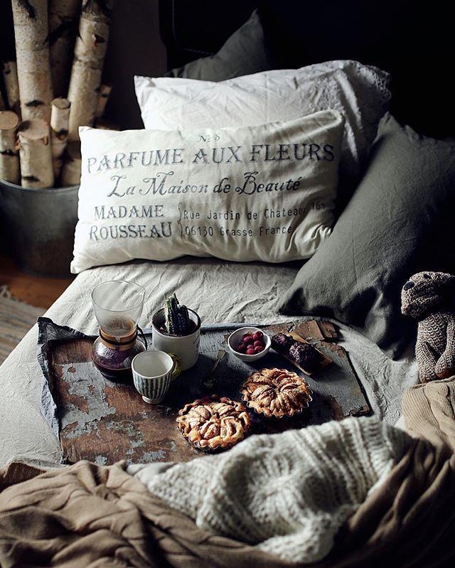 Доброе утро!  у нас тут яблочные мини тарты с сыром чеддер на завтрак. Этот тандем всегда прекрасен! И раскрасит любое утро, даже пасмурное☁️ отличной вам пятницы☀️ apple cheddar tarts for breakfast