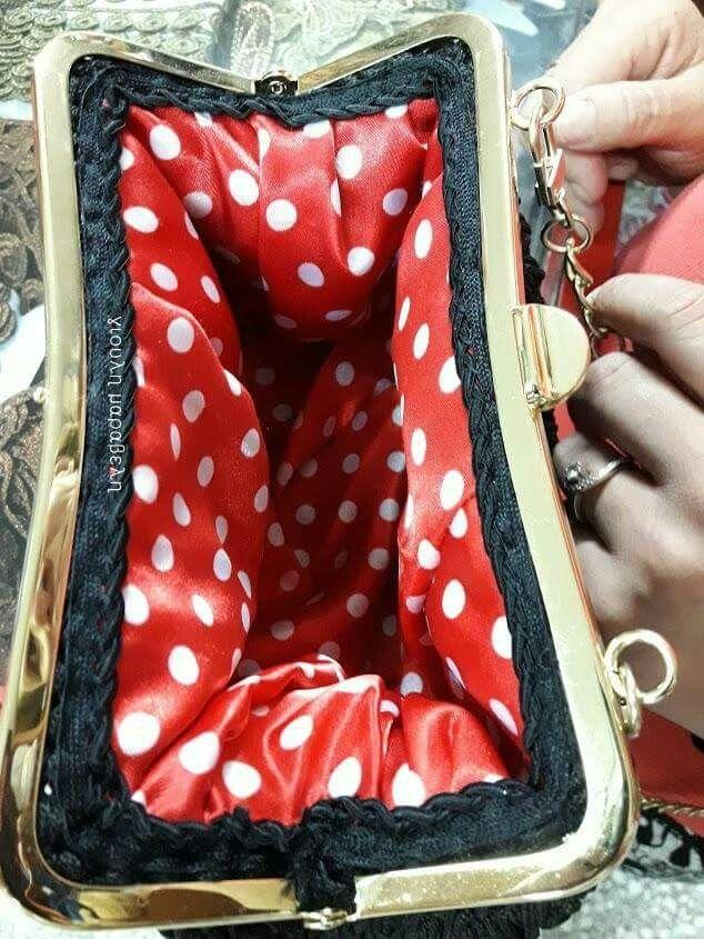 Νο 6.Λουσάτη τσάντα με χρυσά κουμπώματα και αλυσίδα ποιότητας,αμετάβλητο χρώμα.Με εσωτερική τσέπη φινιρισμένη με δερματίνη,με φόδρα σατέν πουά,με σειρλητι ρελιασματος στις ραφές φόδρας-τσάντας=75 ευρώ.γιουλη μαραβελη