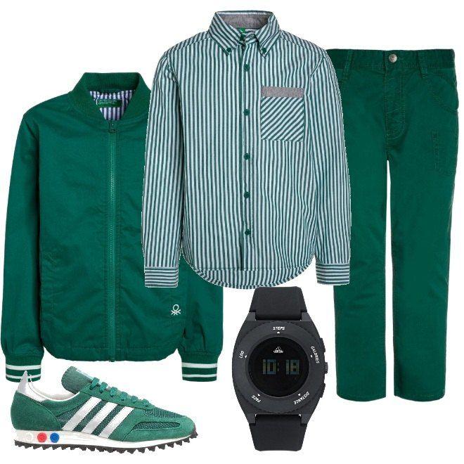La proposta che si compone di un paio di pantaloni jeans da abbinare ad una camicia a righe e ad un giubbotto leggero. Anche le scarpe sneakers sono verdi e si consiglia un orologio digitale.