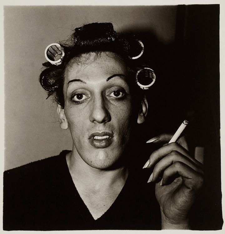 Диана Арбус. Молодой человек в бигудях. Подготовка к ежегодному травести-балу. США, 1966