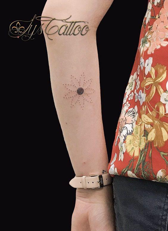 tatouage avant bras interieur du bras femme, paquerette marguerite