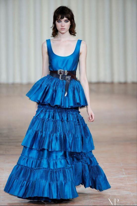 Vestido largo azul para invitada detalle volantes y cinturón. Diseño de Alberta Ferretti.