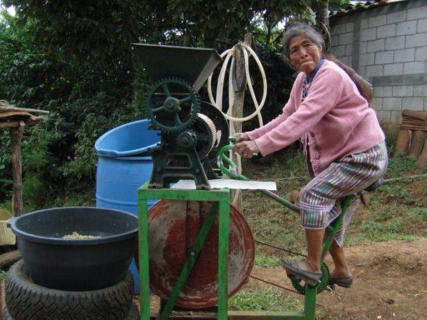 Les bicimáquinas, contraction de vélo et de machines en espagnol, sont le fruit de la transformation d'une bicyclette en un appareil ménager ou en un outil agricole. Des procédés ingénieux qui permettent à plusieurs communautés guatémaltèques de se développer et d'améliorer leur niveau de vie, tout en restant indépendantes de l'énergie électrique.